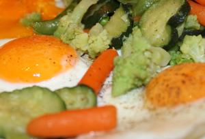 Gebratene Eier und Gemüse! Gesunde Nahrungsmittel!